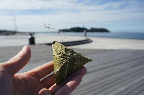 仕上げは片瀬海岸のウッドデッキ。実家から届いた「ちまき」を食べる(^^)
