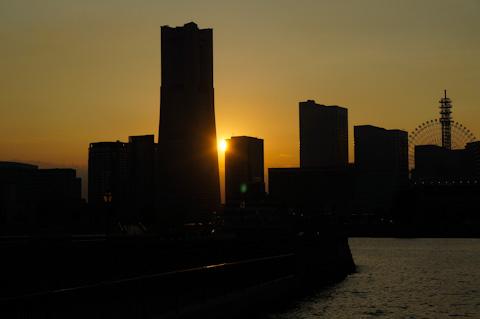 ちょうど,ランドマークタワーのところに夕日が落ちていきました。
