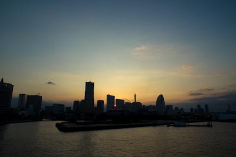 みなとみらいで夕日を見るのは初めて。おぉ・・・。