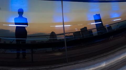 大桟橋ターミナルのウィンドウに反射するランドマーク&おいら。