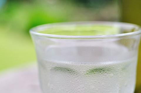 台風のせいか,蒸し暑い日でした。まずは冷たい水を一杯(^^)