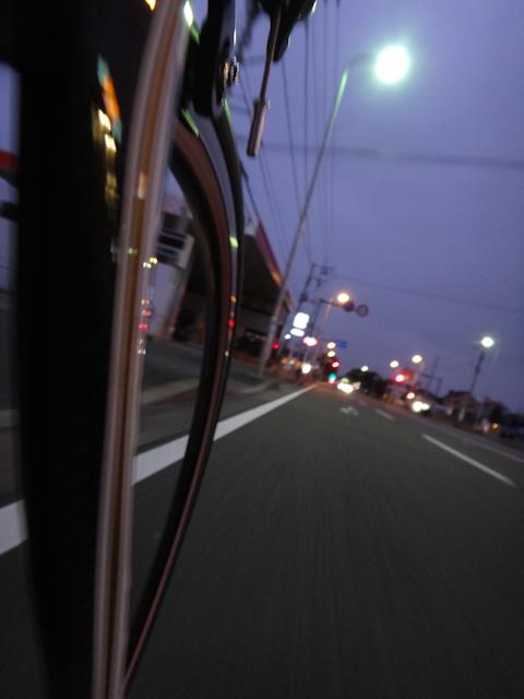 朝4時半,まだ暗い道を,待ち合わせ場所の愛甲石田駅を目指して出発!