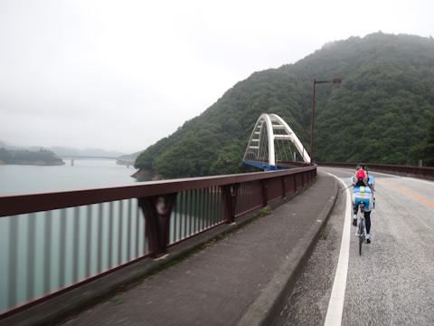 標高300m,藤沢から35km地点の宮ヶ瀬湖を通過中。