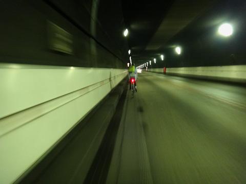 白線とグレーチングの間の約20cm幅の中をキープして走ります。
