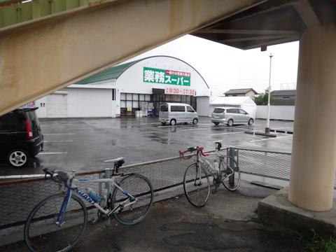 歩道橋の下で休む2台と2人。残念ながら,諏訪湖への旅はここでおしまい。