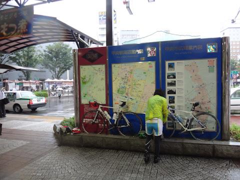 甲府駅のエントランスで堂々と(?)輪行荷造りする2人。