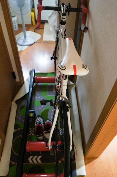 左側がトイレのドア。入るためには,自転車をどかし,ローラー台をどかし,マットを片付ける必要がある。まぁ,漏らしますわな・・・。