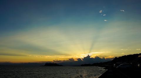 七里ガ浜から見た夕日。