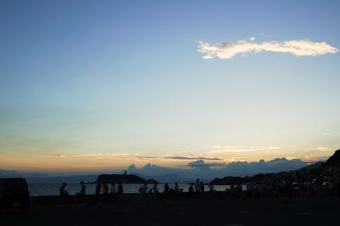 日が落ちた後。多くの人たちが夕日の名残を眺めていました。