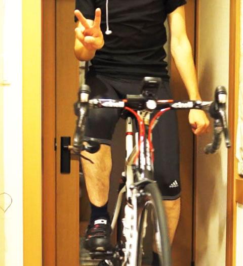 自転車はまっすぐ立っている,左手はブラリ,右手はVサイン。ということは・・・?