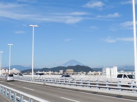 富士山の手前に,丘みたいに見えるのが湘南平。標高は200m弱です。
