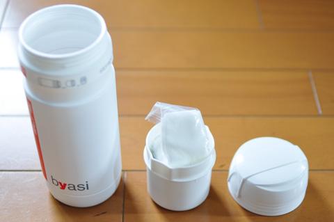 仕切り用のカップがあって,大小二部屋に分けられるのが最大の特徴であり,欠点でもあります・・・。