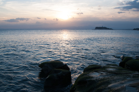岩場まで近づいてみました。今週は波が低くて油断していたら・・・,転びました。