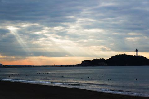 どんより片瀬海岸。ようやく,わずかながら日差しが出てきましたが・・・。