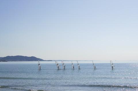 ウィンドサーフィンの練習中。右端の人,遅れ始めてますよ~(^^)