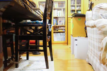 準備前の状態。ピアノの椅子やカズボンのミニ本棚など,邪魔者だらけだ・・・。
