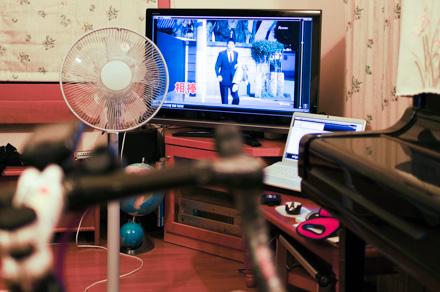 PCに録画した「相棒」をTVに映し出し,音声はBluetoothヘッドセットで聞く。意外とこの設定に手間取る・・・。