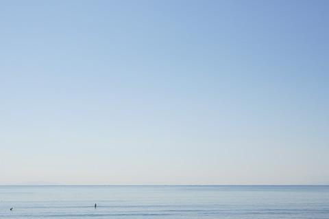 典型的な凪状態の鵠沼海岸。風呂入っているのとあまり変わらない感じが・・・。