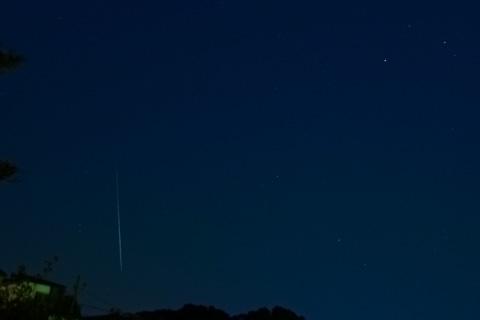 おぉ,奇跡だ~! 細く,短いけど,流星の軌跡を写せました(^^)