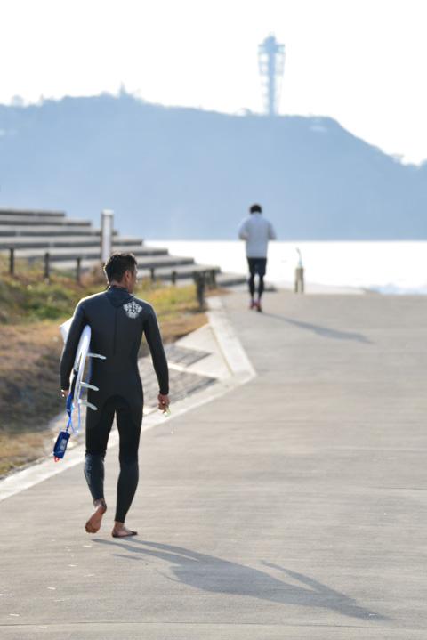 波を見つつ海辺に出陣するサーファー 【早朝サーフィンアルバムはこちら!】
