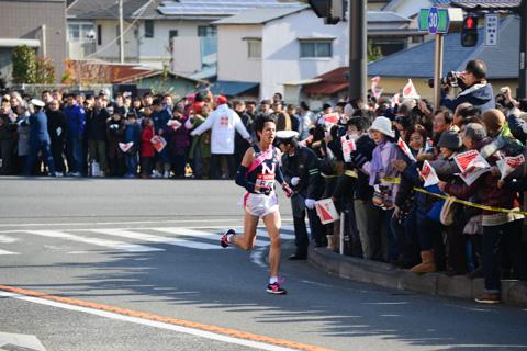 藤沢橋を通過する日大の選手