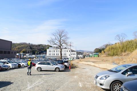 ふもとの法務局横に設けられた臨時駐車場。500円/日です。