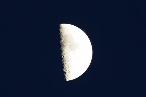 三脚なしで月が撮れる。すごい世の中になりました・・・。