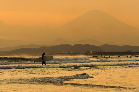 富士山をバックに陸に上がるサーファーのお姉さん。格好いい~富士山&海辺写真アルバムはこちら~