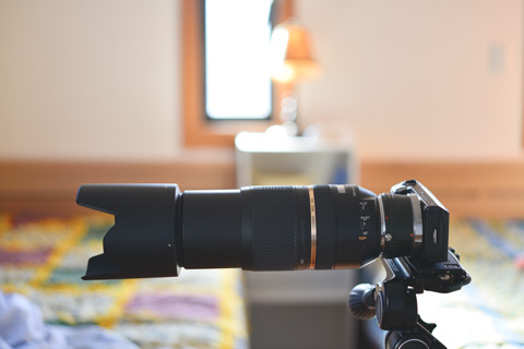 アダプタ経由でNEXにつけると笑ってしまうアンバランスさ。カメラはもはやキャップ扱い。