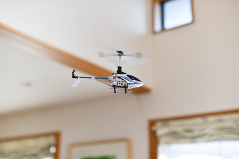 我が家のリビングを飛行中の自家用ヘリ,ネオファルコン4。