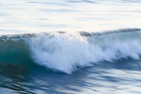 こんな風に,波頭を焦点に,スローシャッターで流し撮ります。