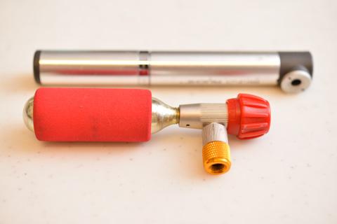 超小型のTOPEAKロケットポンプより,さらに小さい~(重いけど)