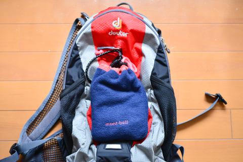 我が家最小のバックパック(ドイターRACE)と比べても,ミラーレスは小さいので,巾着袋ごと余裕で入ります。