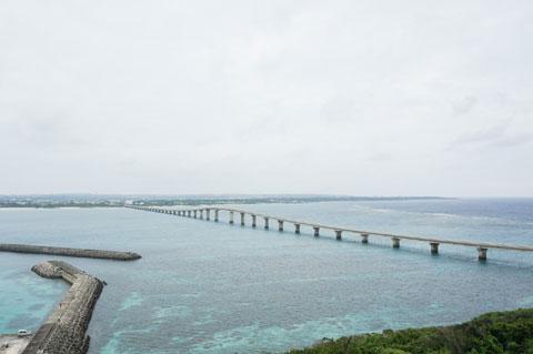 渡った先の来間島の展望台から橋を見る。美しい橋です。また渡るのか・・・。