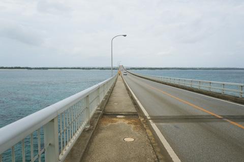ホテルからすぐ近く,来間大橋を自転車にて走行中。かな~り,ハードなサイクリングでした(^^)