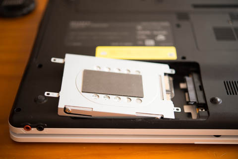 最近のノートは,HDDの換装は(メカ的には)簡単にできるようになっています。