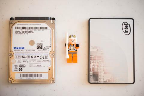 左がVAIOから引き抜いた,2.5インチHDD。左が新しいSSD。当然ですが,同じ形状・サイズです。