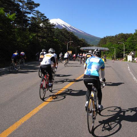 これは2009年の富士詣の様子。熱心な信者5000人が5合目を目指します。