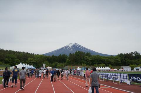 例年と違い,隣接する陸上競技場がイベント会場となっていました。