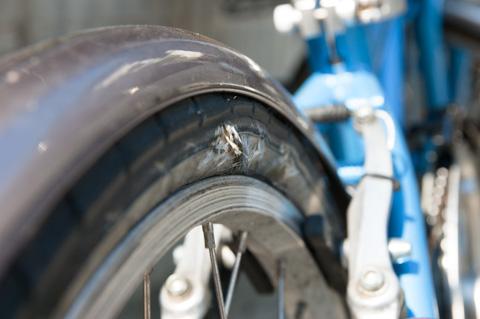 以前乗っていた小径車のタイヤも,こんなに傷むまで黙っていました。はよ言ってくれ~