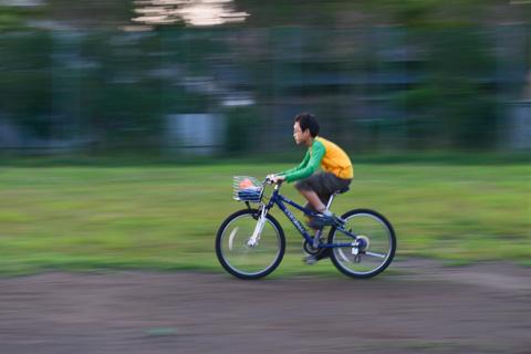 はしゃぐ次男坊。よく見たら,自転車が小さいという致命的問題も発覚・・・。