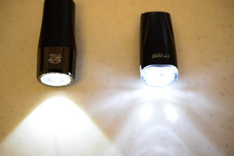 SX7(右)はやたらと側方照射が多く,一部は斜め後ろにまで光が伸びています。