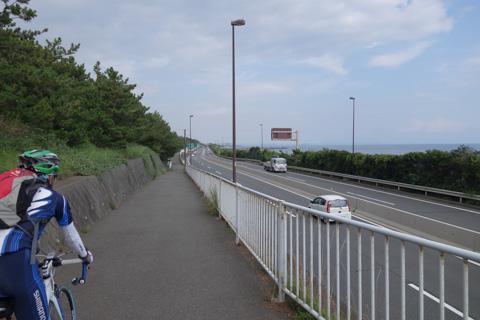 右には海と,高速道路(西湘バイパス)。なかなかすごい所を走るサイクリングロード。