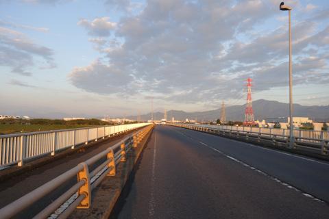 相模川にかかる戸沢橋を通過。正面遠くに富士山が見えます。