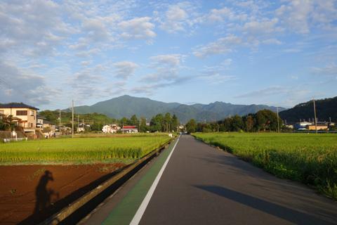 愛甲石田から宮ヶ瀬に向かうのどかな道。さぁ~,前方の山を越えようぜ!(^^)