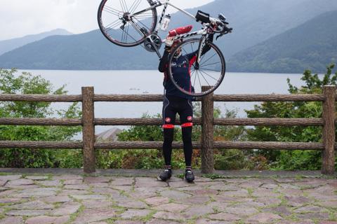 ほぼ中間点の芦ノ湖。せっかく三脚で撮ったのに自分が写ってない・・・(笑)