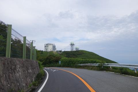 大観山にはレーダーサイトがあります。ここから,20km弱の長いダウンヒルが始まります。