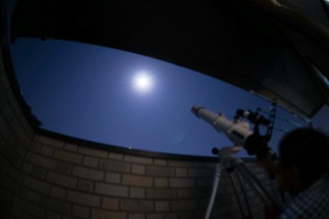 もちろん,家族もぞろぞろベランダに出てきて,望遠鏡をのぞきます。