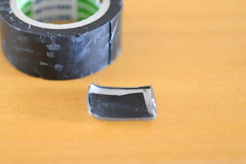 ずいぶん,雑な修復方法。ネームプレートの裏側に自己融着テープを貼っただけ・・・。