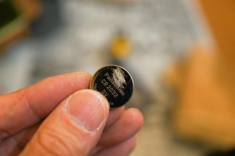 ハンダの乗りが良くなるように,電池表面を少し傷つけます。